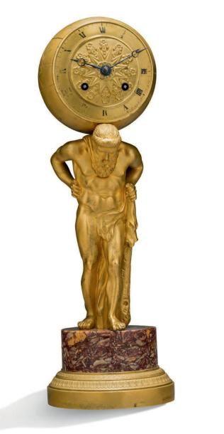 BELLE PENDULE en bronze ciselé et doré figurant Atlas. Le cadran inscrit dans le...