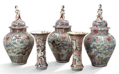 IMPORTANTE GARNITURE en porcelaine polychrome...