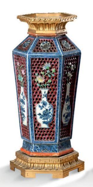 DEUX VASES facettés à décor en porcelaine...