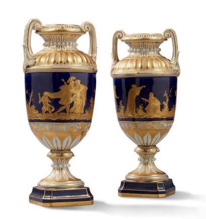 PAIRE DE VASES néoclassiques en porcelaine...