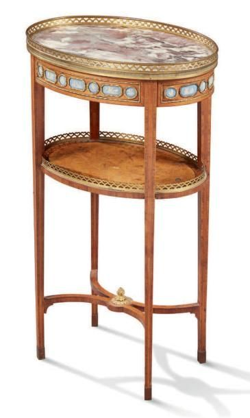 PETITE TABLE DE SALON de forme ovale en marqueterie...