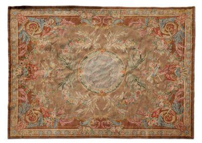 tapis de la Savonnerie Il est orné d'un médaillon...