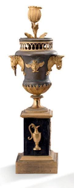 PAIRE DE VASES en bronze patiné et bronze...