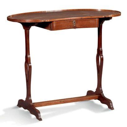TABLE À ÉCRIRE de forme rognon en acajou...
