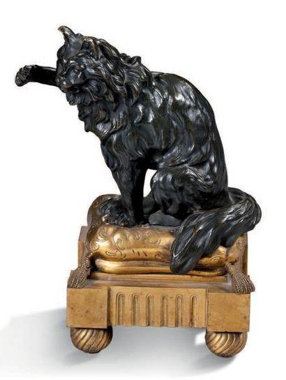 PAIRE DE CHENETS en bronze patiné et doré....