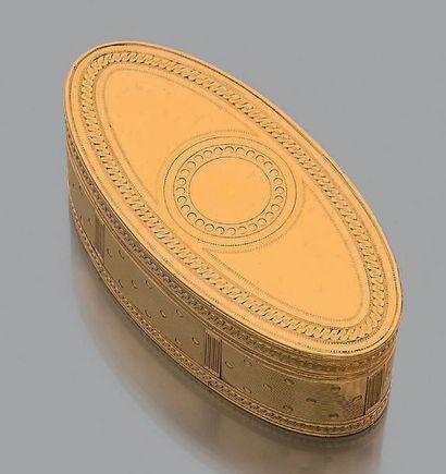 Tabatière ovale en or jaune ciselé 18K (750),...