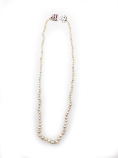 Collier composé d'un ensemble de perles supposées...