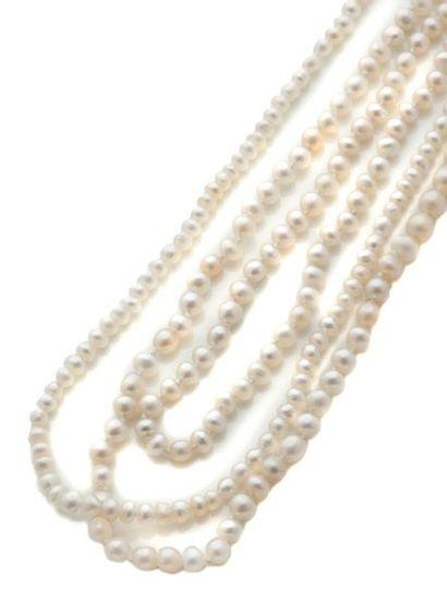 Ensemble de trois rangs de petites perles...
