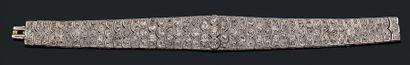 Bracelet ruban légèrement en chute en platine...