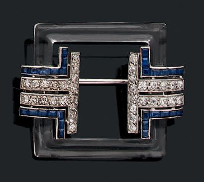 Broche composée d'un motif carré de cristal...