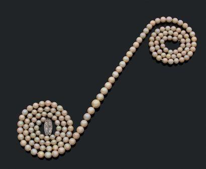Sautoir composé de 149 perles fines en légère...