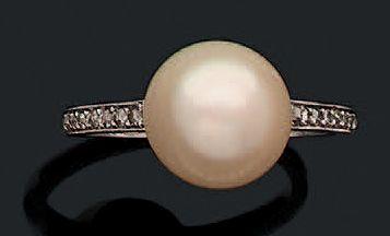 Bague en platine (950) sertie d'une perle...