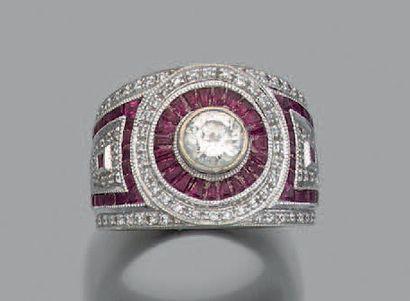 Large bague en or gris 18k (750) sertie d'un diamant de taille brillant dans un...