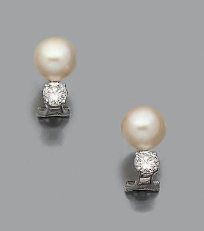 Paire de motifs d'oreilles en or gris 18K (750) sertis d'un diamant de taille brillant...