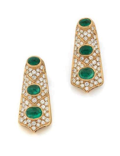 Paire de pendants d'oreilles articulés en or jaune 18k (750) sertis de diamants...