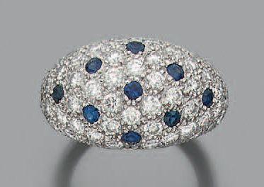 """Bague """"boule"""" en or gris 18K (750) sertie d'un pavage de diamants de taille brillant..."""