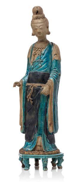 CHINE PÉRIODE MING, XVIIE SIÈCLE Dame de cour en céramique émaillée bleu turquoise...