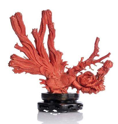 CHINE XXe siècle Sujet en corail orangé à quatre branches, représentant un paon avec...