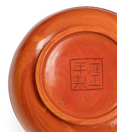 CHINE MARQUE ET ÉPOQUE YONGZHENG (1723-1735) Petite boîte couverte en verre jaune-ocre...