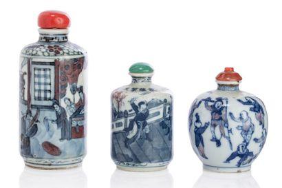 CHINE XIXE SIÈCLE Lot de trois tabatières en porcelaine bleu-blanc avec rehauts de...