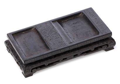 CHINE XVIIIE SIÈCLE Petit socle rectangulaire en bois sombre sculpté et incrusté...