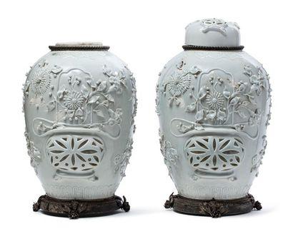 CHINE FIN XVIIIE-XIXE SIÈCLE Paire de pots couverts, en porcelaine émaillée blanc,...