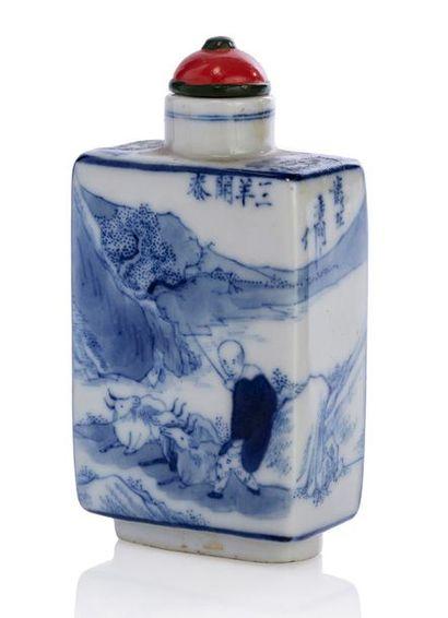 CHINE PÉRIODE QING Flacon tabatière quadrangulaire en porcelaine, à décor en bleu...