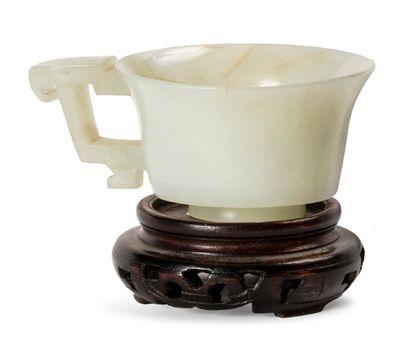 CHINE XVIIIE SIÈCLE Petite tasse en jade blanc céladonné, la paroi évasée sur un...