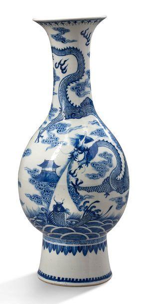 CHINE VERS 1900 Vase bouteille à col évasé, en porcelaine bleu blanc, à décor d'un...