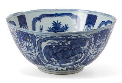CHINE PÉRIODE WANLI, XVIE SIÈCLE Importante coupe en porcelaine blanche, à décor...