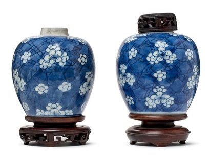 CHINE PÉRIODE KANGXI, XVIIIE SIÈCLE Paire de pots à gingembre en porcelaine blanche,...