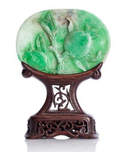 CHINE XIXE SIÈCLE Plaque ovale légèrement creuse, en jadéite veinée de vert et blanc,...
