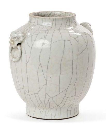 CHINE FIN XIXE SIÈCLE Vase en céramique craquelé beige fond percé. Deux têtes de...