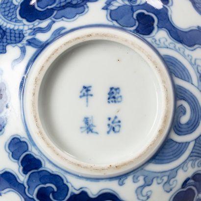VIETNAM HUE XVIIIE SIÈCLE Petit bol en porcelaine blanche, à décor en bleu de deux...