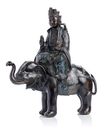 JAPON VERS 1920-1930 Sujet en bronze et émaux champlevés polychromes, représentant...