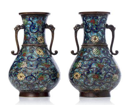 JAPON VERS 1920 Paire de vase en bronze et émaux champlevés, à décor couvrant de...