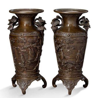 JAPON PÉRIODE MEIJI, VERS 1900 Paire de vases tripode en bronze, à décor en relief...