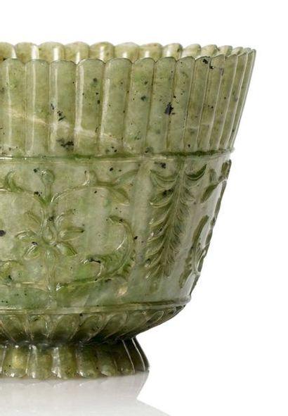 INDE PÉRIODE MOGHOL Coupe moghol en jade finement sculpté reprenant la forme d'une...