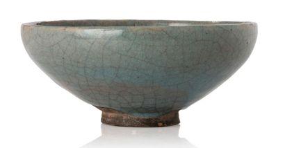 CHINE PÉRIODE YUAN, XIIIE - XIVE SIÈCLE Bol sur petit talon en grès de type Junyao,...