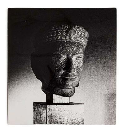 ART KHMER XIIIE SIÈCLE Tête de divinité en grès gris, le front ceint d'un diadème...