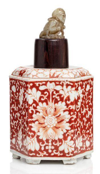 Chine XIXe siècle Pot à thé hexagonal en porcelaine et émail corail, à décor de fleurs...