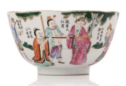 CHINE XIXE SIÈCLE Bol en porcelaine et émaux de style famille rose à décor de personnages...