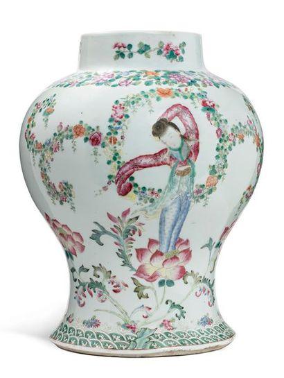 CHINE FIN XIXE SIÈCLE Vase balustre en porcelaine à décor d'une déesse du printemps...