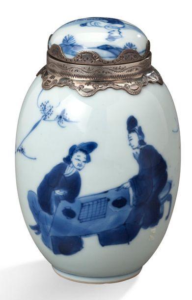 CHINE PÉRIODE KANGXI, XVIIIE SIÈCLE Petite jarre couverte en porcelaine blanche,...