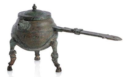 CHINE VIE-VIIIE SIÈCLE APRÈS J.-C. Verseuse à vin tripode avec couvercle, sur pieds...