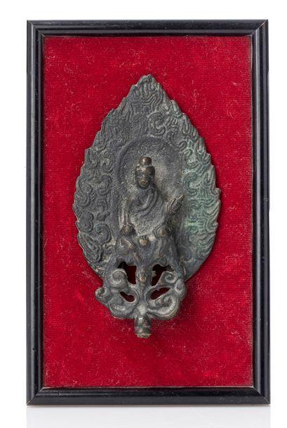 CHINE XXE SIÈCLE Petite stèle bouddhique dans le style des Wei ou Qi du nord, en...