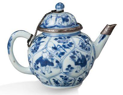 CHINE PÉRIODE KANGXI, XVIIIE SIÈCLE Théière reprenant la forme d'un bouton de lotus,...