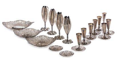 CHINE DU SUD VERS 1900 Lot d'objets en argent, comprenant trois coupes floriformes,...