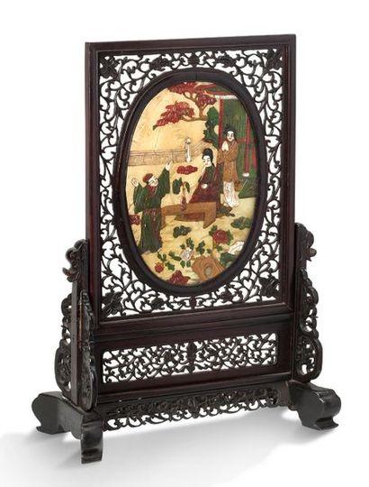 CHINE XXE SIÈCLE Ecran de lettré formé d'un médaillon à décor incrusté de nacre,...