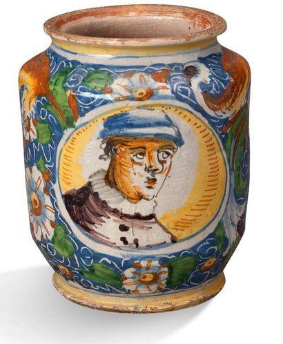 VENISE PETIT ALBARELLO en faïence de forme cylindrique à décor polychrome de feuillages...